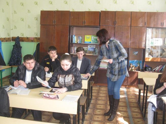 Яловенко Ю.К. і випускники 9-Б кл Валківської ЗОШ